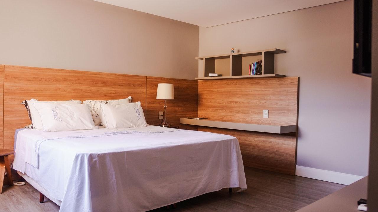 Kệ gỗ trang trí phòng ngủ thường được đặt ở không gian nào?